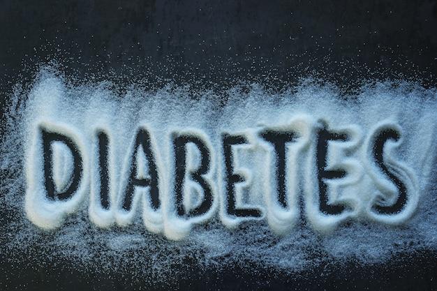 Word diabete écrit sur un tas de sucre cristallisé