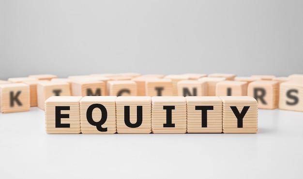 Word equity fait avec des blocs de construction en bois