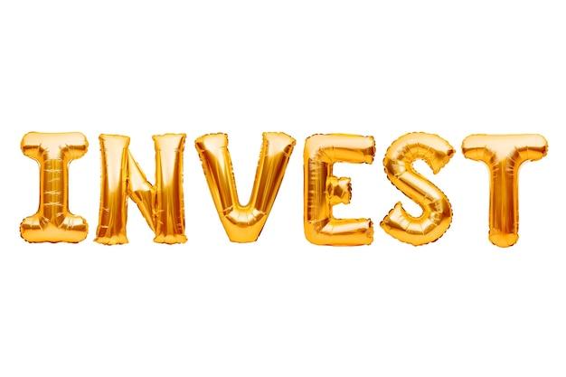 Word invest fait de ballons gonflables dorés isolés sur le concept blanc, argent, finances et investissements.