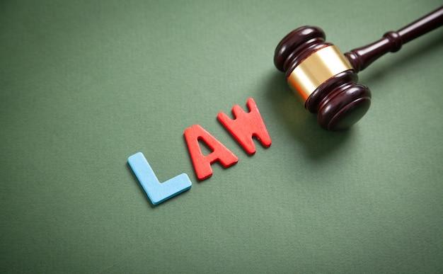 Word law et juge gavel sur fond vert.