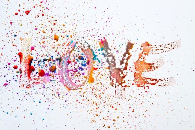 Word love fait avec des gouttelettes d'aquarelle