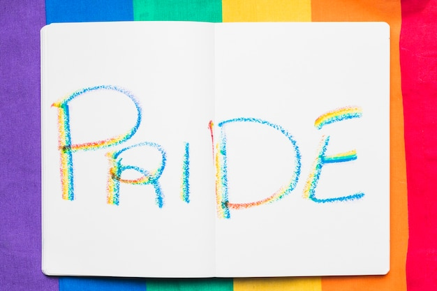 Word pride en lettres colorées