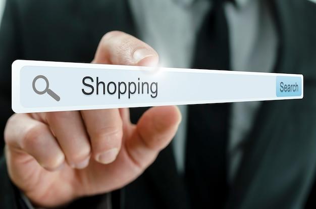 Word shopping écrit dans la barre de recherche sur l'écran virtuel.