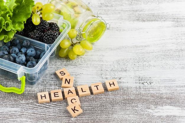 Word snack et baies dans une boîte à lunch