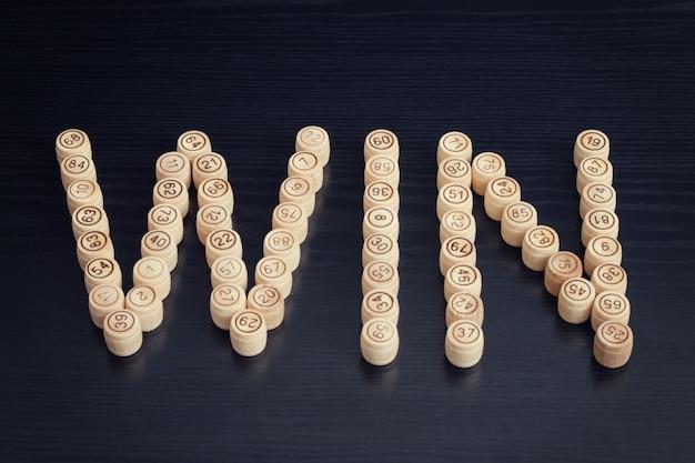 Word win de tonneaux en bois. table en bois noir. loto