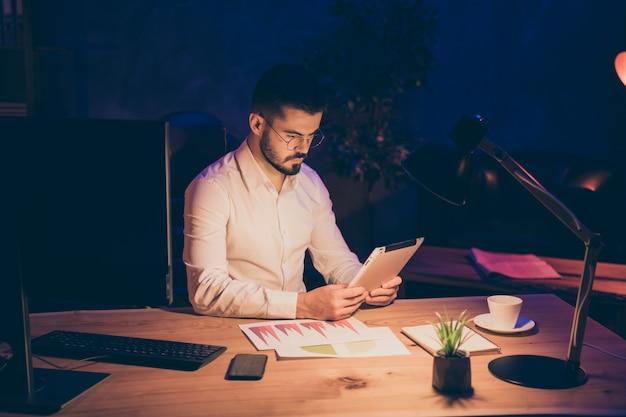 Workaholic stay office du soir tenir la tablette