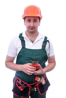 Worker holding bore de perceuse isolé sur blanc