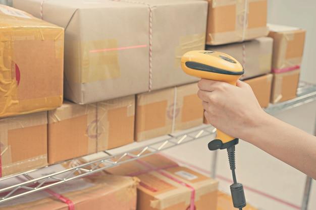 Worker scanning package dans l'entrepôt