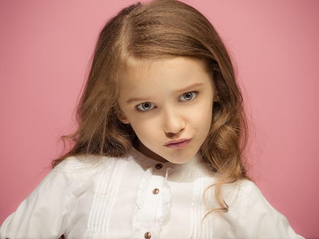 Wow. beau portrait avant féminin isolé sur mur rose. jeune adolescente surprise émotionnelle. émotions humaines, concept d'expression faciale.
