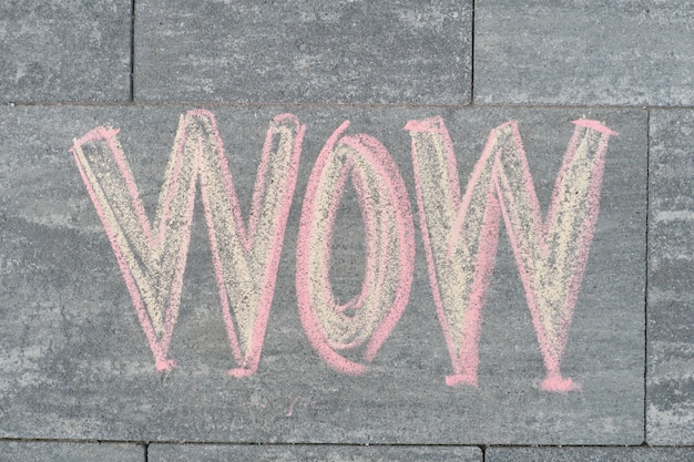 Wow écrit sur le trottoir gris