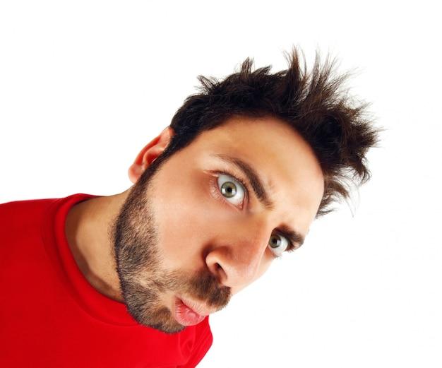 Wow expression avec un t-shirt rouge