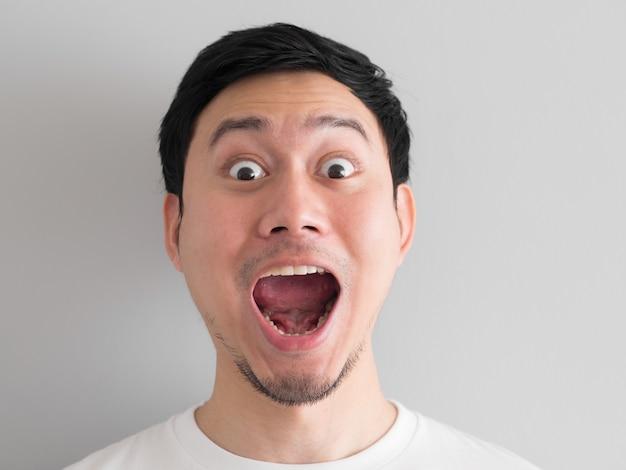 Wow face de tête de l'homme asiatique heureux tiré.