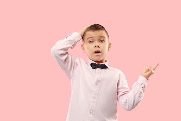 Wow. portrait avant demi-longueur mâle attrayant sur fond de studio rose. jeune garçon adolescent surpris émotionnel debout avec la bouche ouverte. émotions humaines, concept d'expression faciale. couleurs tendance