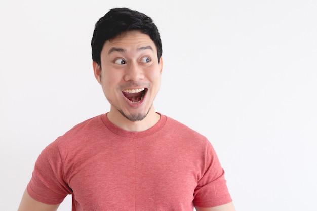 Wow et visage choqué d'homme drôle isolé sur fond blanc