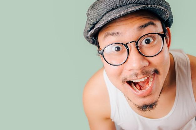 Wow visage d'un homme asiatique sur fond isolé
