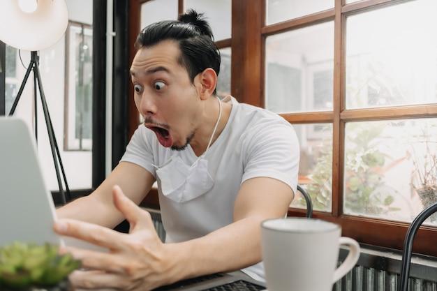 Wow et visage surpris de l'homme travaille avec son ordinateur portable et réussit