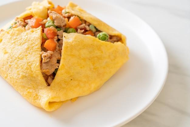 Wrap aux œufs ou œuf farci avec porc haché, carotte, tomate et pois vert