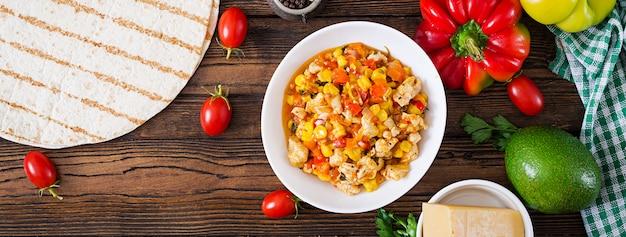 Wrap mexicain de quesadilla avec poulet, maïs et poivron doux et sauce tomate. vue de dessus. mise à plat