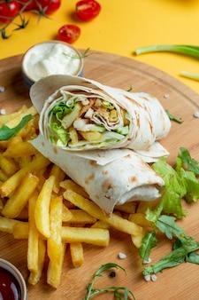 Wrap de poulet servi avec des frites