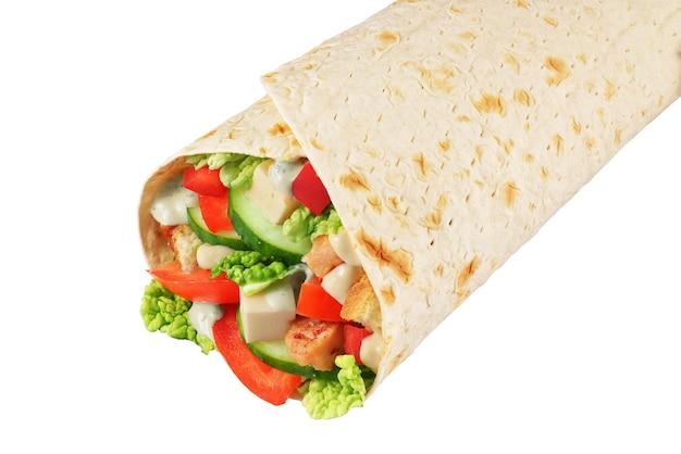 Wrap sandwich avec chou nappa, fromage feta, poivron, poulet, sauce, concombres, tomate isolé sur fond blanc