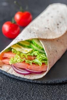 Wrap de tortilla au saumon et légumes