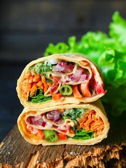 Wrap de tortilla ou burrito farce de légumes