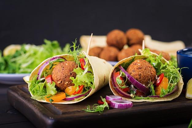 Wrap de tortilla avec falafel et salade fraîche. tacos végétaliens. nourriture saine végétarienne.