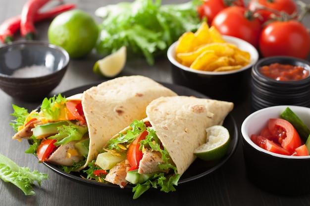 Wrap de tortilla mexicaine avec poitrine de poulet et légumes