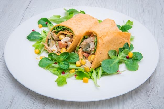 Wrap végétarien au tofu et légumes frais