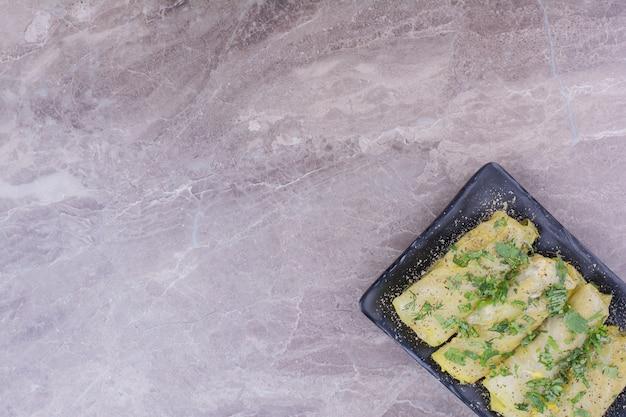 Wraps de chou du caucase avec farce dans un plateau noir