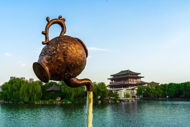 Xi'an, chine-17 septembre 2020 : la tour ziyun a été construite en 727 après jc et est le bâtiment principal du jardin datang furong, xi'an, chine.