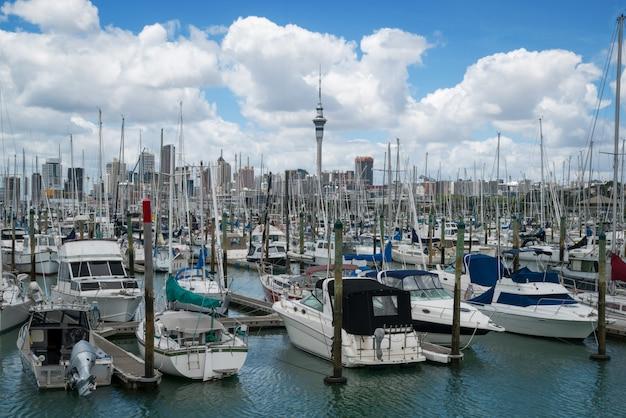 Yacht au port d'auckland, nouvelle-zélande