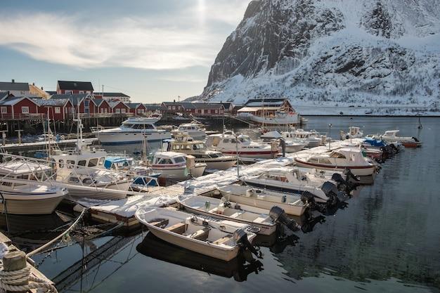 Yacht avec bateau de pêche amarré dans le port