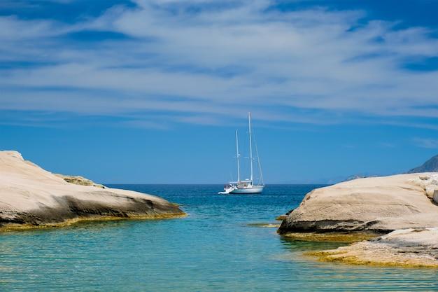 Yacht bateau à sarakiniko beach en mer égée, l'île de milos, grèce