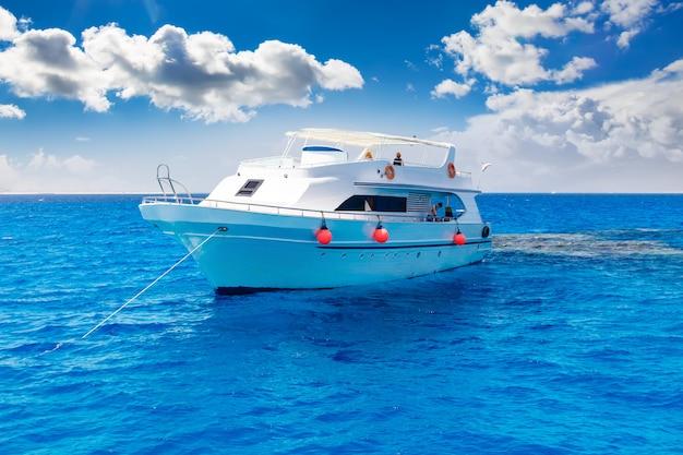 Yacht blanc dans la mer tropicale bleue
