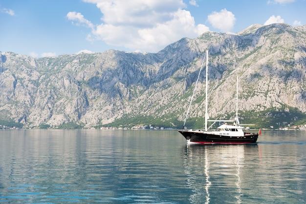 Yacht dans l'adriatique contre les montagnes