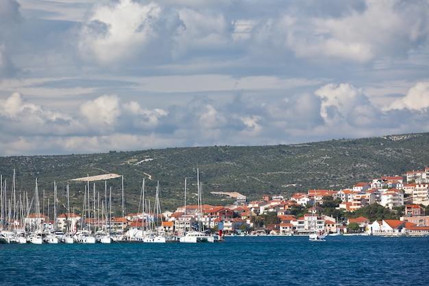 Yacht entre à marina frapa, rogoznica, croatie. prise de vue horizontale