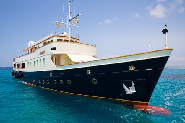Yacht illetes ilmentas formentera à l'ancre