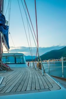 Un yacht de luxe navigue dans la baie le soir