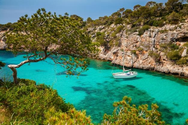 Le yacht en mer azur dans le village cala pi