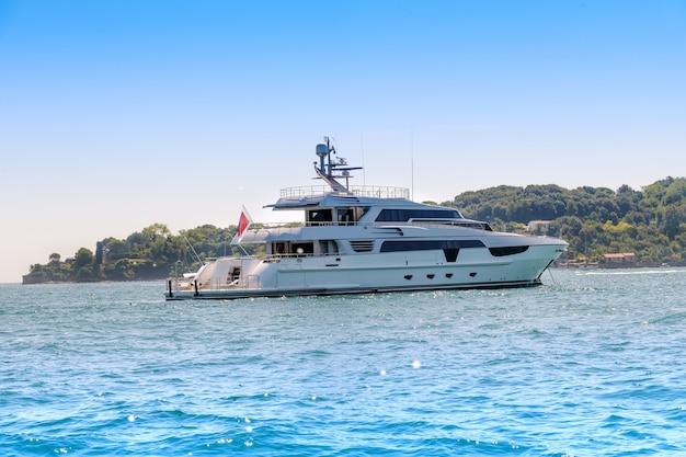 Yacht à moteur de luxe croisière au large sur un océan calme dans un concept de vacances d'été
