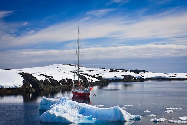 Yacht naviguant parmi les glaciers en antarctique