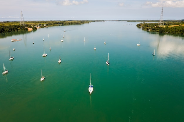 Yacht naviguant sur la vue aérienne de la mer verte