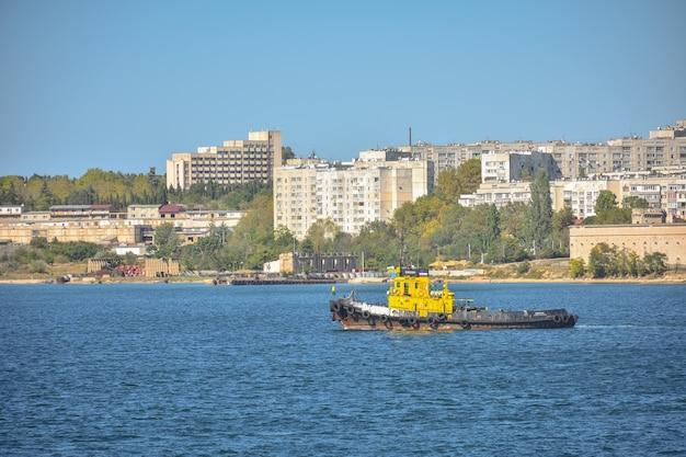 Yacht de plaisance dans le port de sébastopol, excursion en bateau, bateau à moteur le long de la côte de la crimée.