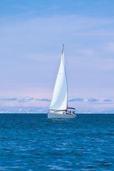 Yacht de plaisance à la mer adriatique. prise de vue verticale