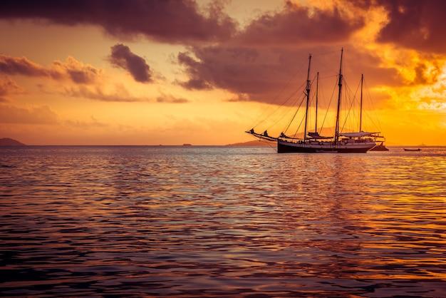 Yacht de plaisance à l'océan indien. beau coucher de soleil