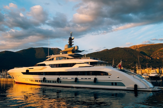 Yacht porto monténégro. zone d'élite de tivat au monténégro