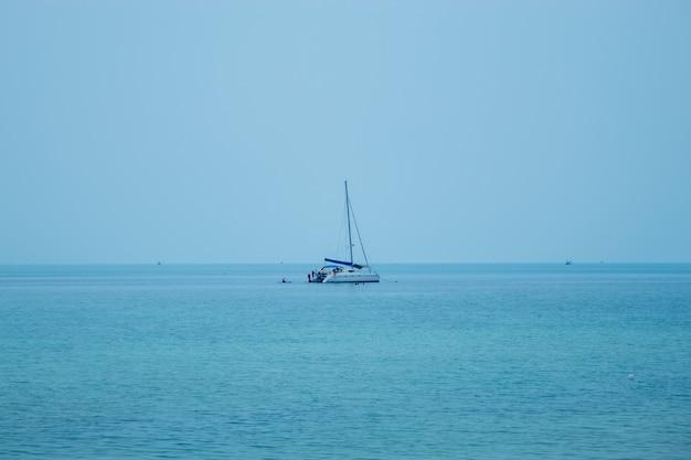 Un yacht qui emmène les touristes en apnée et en kayak à koh phangan, surat thani en thaïlande.