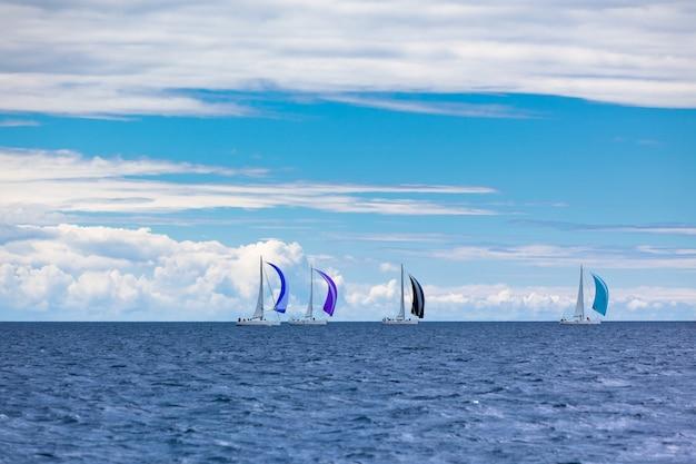Yacht regatta à la mer adriatique par temps venteux. prise de vue horizontale