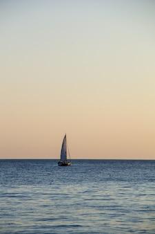 Yacht à voile dans la mer au coucher du soleil. mer noire.